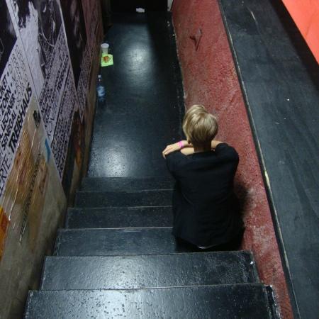 Lisa Eckhart, kurz bevor sie auf die Bühne geht und den Ö-Slam 2015 gewinnt. Sorgen wir dafür, dass das die einzige Art und Weise ist, wie sie uns den Rücken zudreht.
